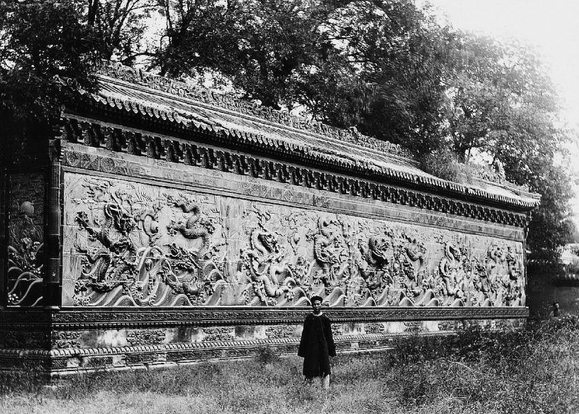 17. — Pékin. Palais impérial. Mur en céramique situé au nord-est dans la Cité interdite.