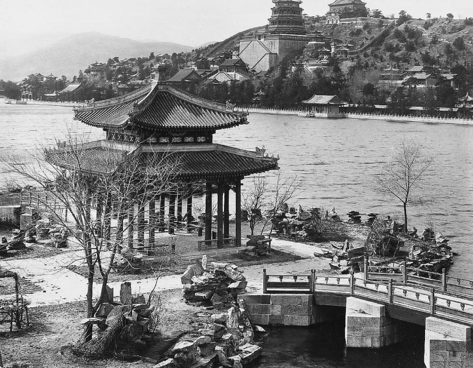 27. — Palais d'Été. Vue d'ensemble de la colline sur laquelle sont construits les bâtiments du nouveau palais d'Été. Au premier plan, jardins et pavillons sur les bords du lac.