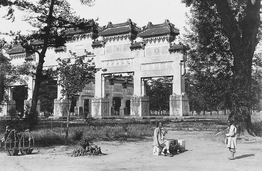65. — Tombes impériales de Si-ling. Deuxième portique sur l'Avenue Sacrée.