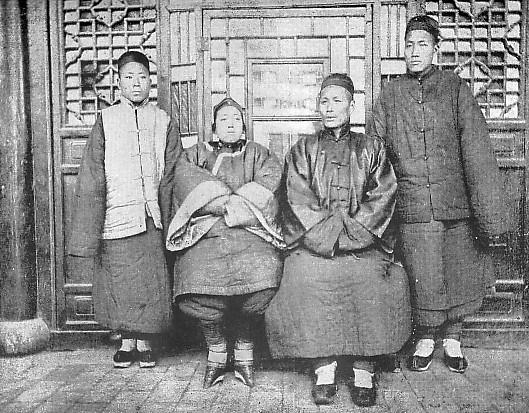 Une famille chinoise de classe moyenne en costume d'hiver