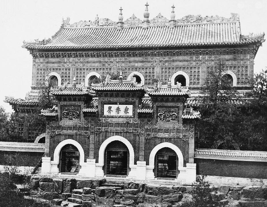 37. — Palais d'Été. La pagode de Wouam-cheou-chan située au sommet de la colline. les murs de la pagode et du portique sont recouverts de tuiles polychromes vernissées.