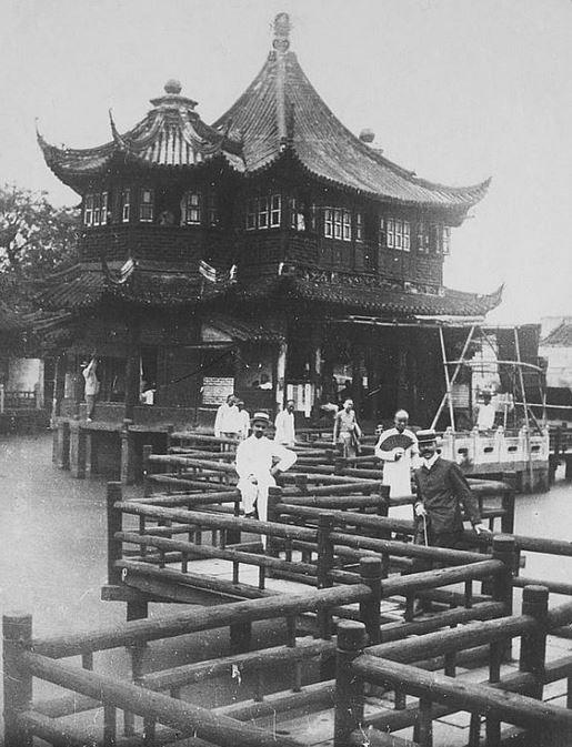 393. — Pagode construite sur un lac à Shang-hai, dans la ville chinoise.