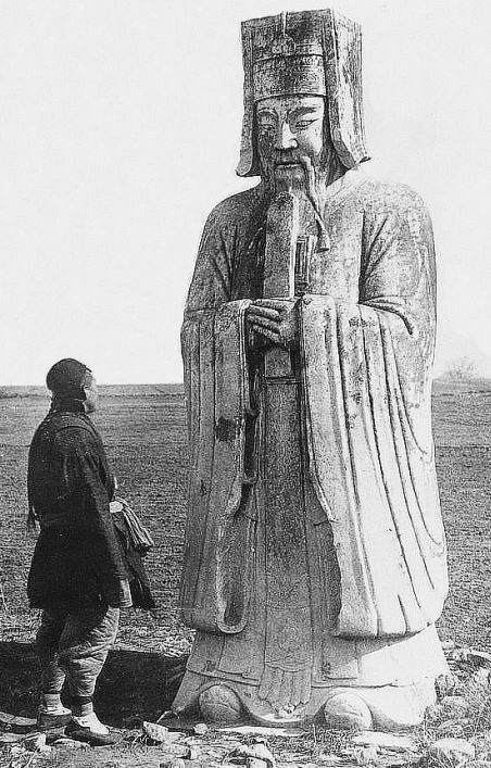 92. — Tombeaux des Ming. Statue en marbre de mandarin civil sur l'Avenue Sacrée. Tombe de l'Empereur Young-lo.