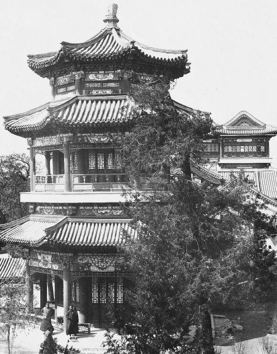 41. — Palais d'Été. Pagode à l'extrémité de la galerie couverte.