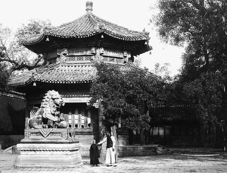 113. — Temple des lamas. Pavillon et dragon situés à l'extrémité de la grande cour.