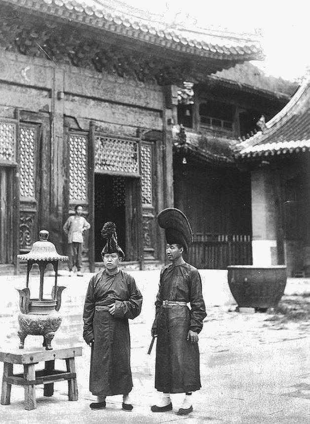 119. — Pékin. Temple des lamas. Deux lamas en costume de cérémonie.