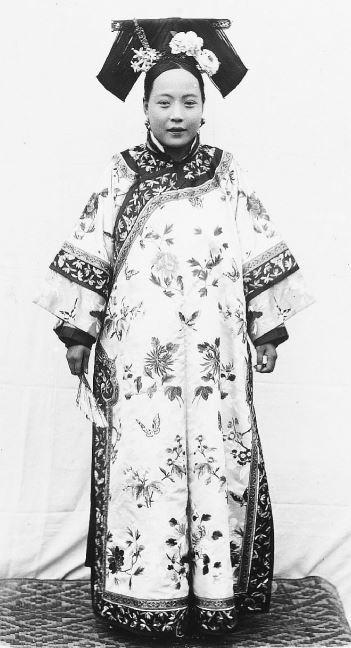 255. — Femme tartare, en robe et coiffure d'été.