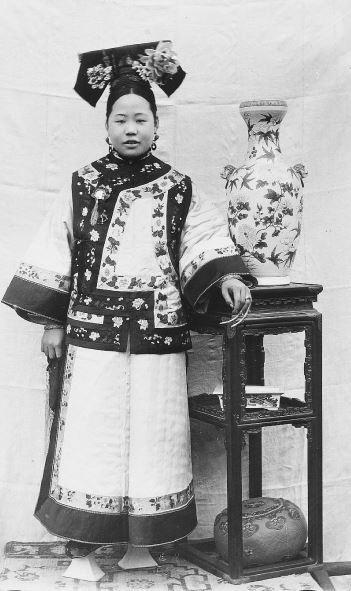 244. — Jeune femme tartare, en costume et coiffure d'été.