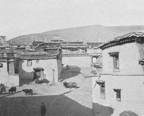 Village du Tibet oriental.Fernand Grenard (1866-1942) : Haute Asie. [Mongolie, Turkestan chinois, Tibet]. Deuxième partie du tome VIII de la Géographie Universelle. Armand Colin, Paris, 1929.