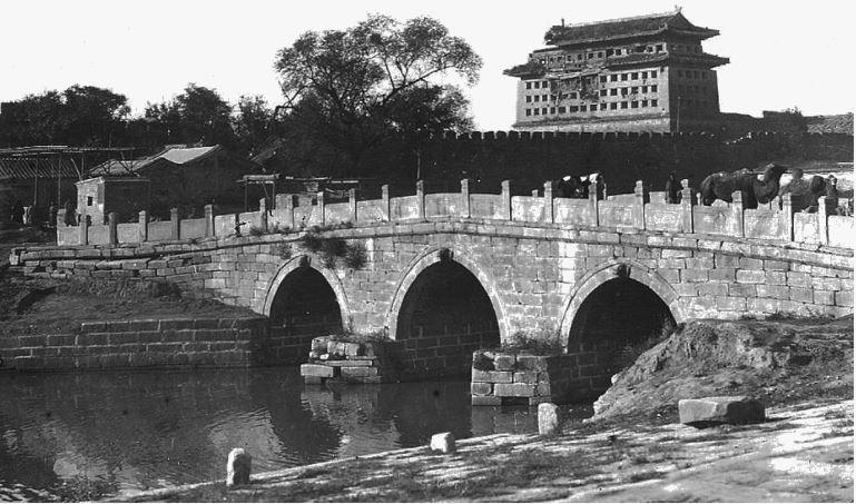 194. — Pékin. Pont sur le canal au sud de la ville tartare.