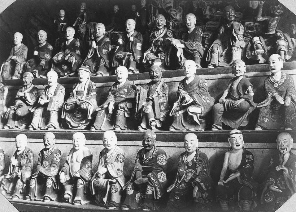327. — Bouddhas en terre cuite au temple de Py-Young-Tsen, environs de Pékin.