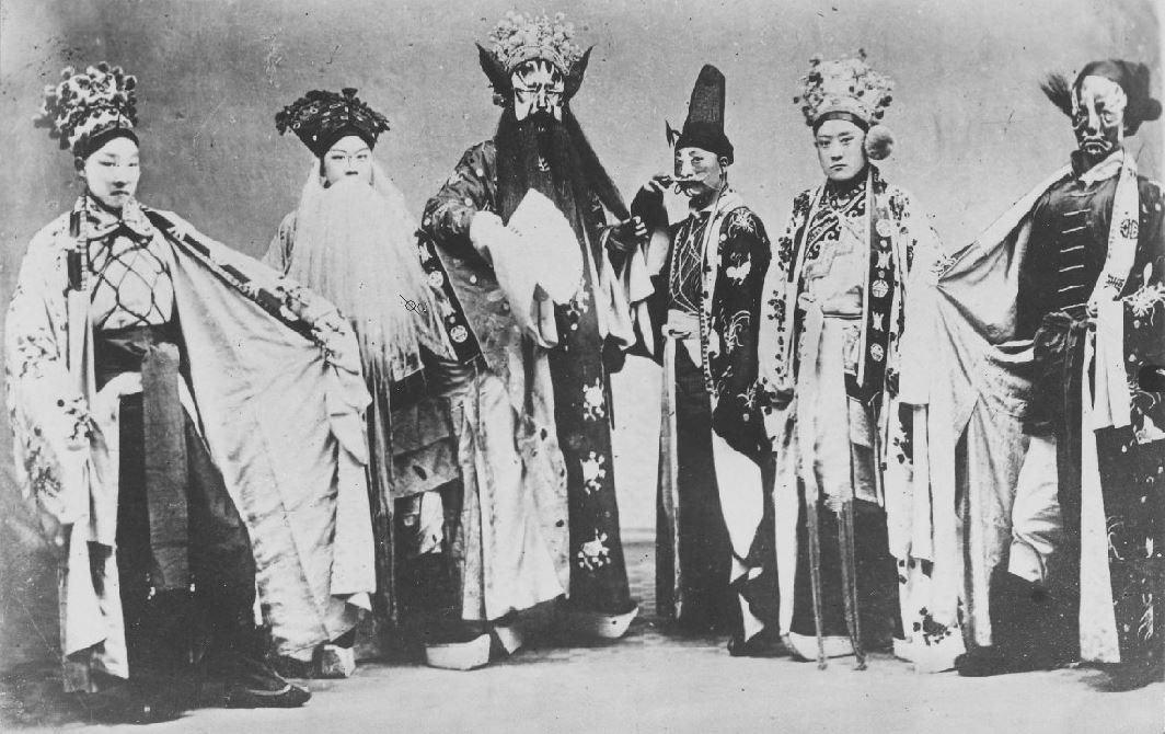 292. — Théâtre. Groupe de six artistes costumés et maquillés pour la scène.