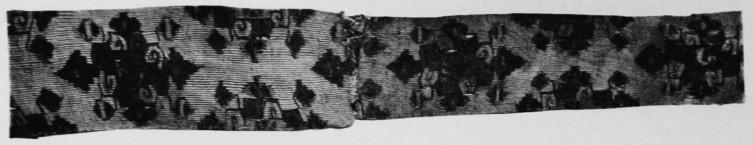 Planche II. — Fragment de kosseu de l'époque T'ang.  Vuilleumier. Tissus et tapisseries de soie dans la Chine ancienne.