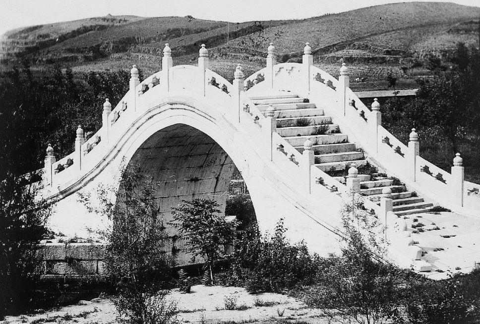 196. — Environs de Pékin. Pont en marbre et à escalier à Yu-tsiuen-chan.