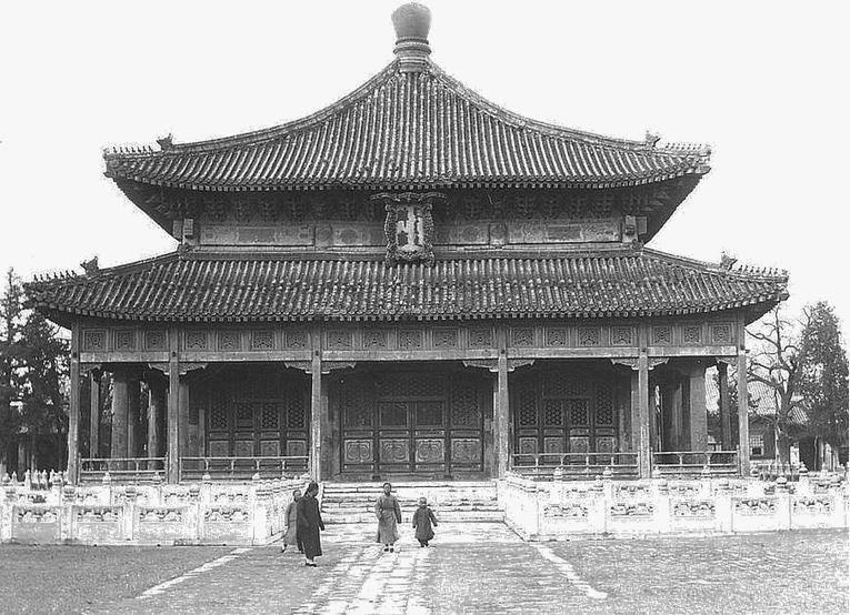 142. — Pékin. Temple de Confucius Ta-kao-t'ien. Vue prise du côté sud.
