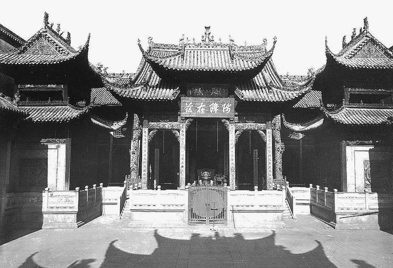 152. — Temple à Han-kéou. Une partie de la façade. Vue prise de la cour intérieure.