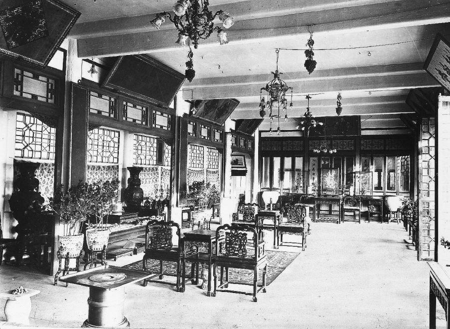 366. — Intérieur de riche maison chinoise. Salon de réception.