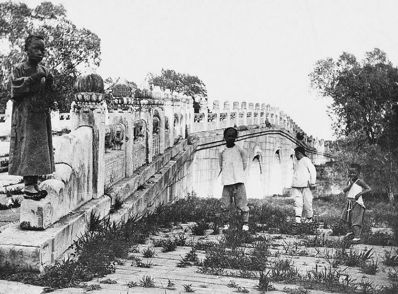 77. — Tombes impériales de Si-ling. Détails d'architecture sur la construction d'un pont.