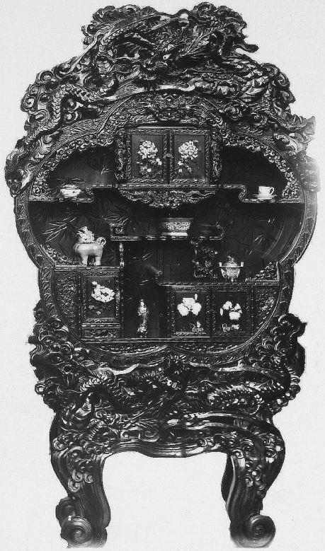 369. — Bahut en bois sculpté, mesurant plus de deux mètres. Orné de fleurs en ivoire aux portes.