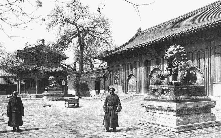 107. — Temple des lamas. Extrémité de la grande cour. Pavillon et bâtiment où ont lieu des cérémonies religieuses.