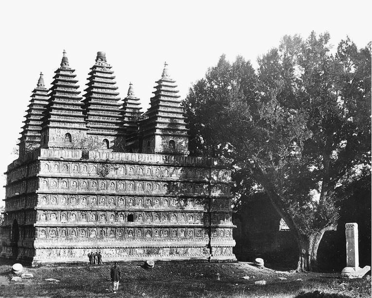 147. — Environs de Pékin. Temple de T'sié-ta-sen surmonté de cinq tours. L'extérieur est recouvert de Bouddhas sculptés dans le marbre.