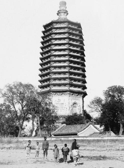 167. — Environs de Pékin. Tour à 13 étages du temple de T'ien-ling-ts'en.