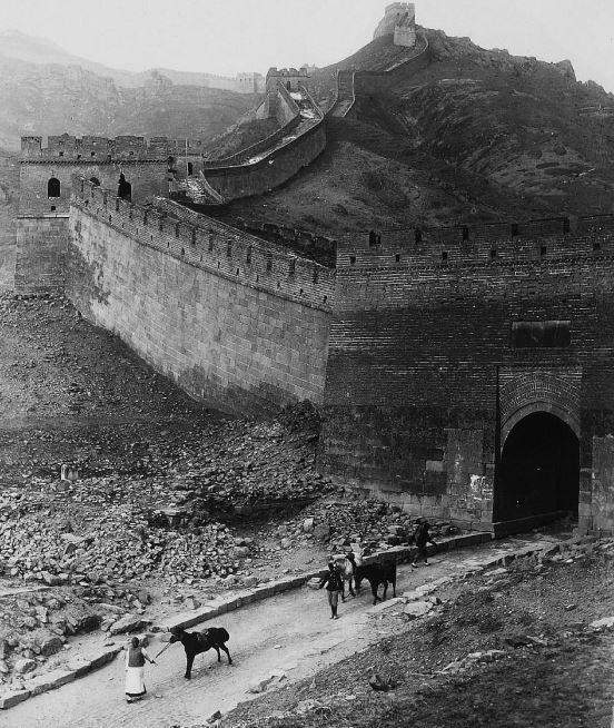203. — La Grande muraille, à la sortie de la passe de Nan-kow.
