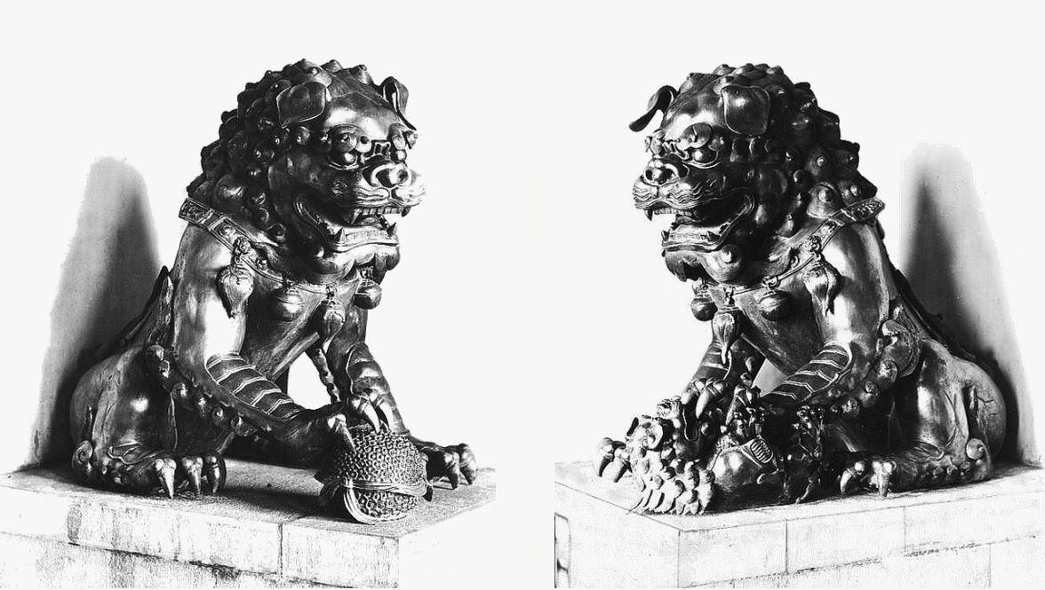 404/405. — Pékin. Lions en bronze doré à la légation de France.