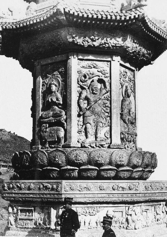 356. — Le bas d'une tour à Yu-Tsiuen-Chan (Photo du cdt Laribe et de l'un de ses officiers).