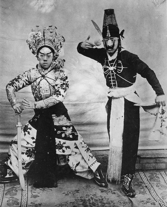 288. — Théâtre. Deux acteurs faisant des gestes qui se renouvellent souvent pendant l'exécution de la pièce.