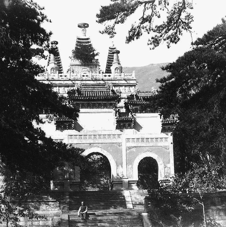 145. — Environs de Pékin. Temple de Py-young-sen. Portique en avant du monument principal.