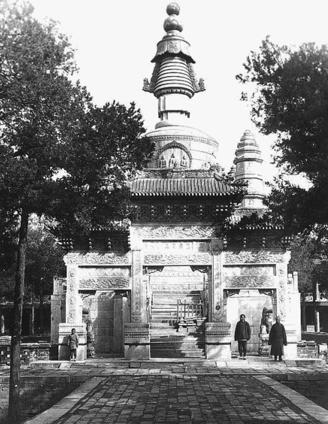 143. — Pékin. Le temple jaune Hoang-sen. Portique et tour en marbre sculpté.