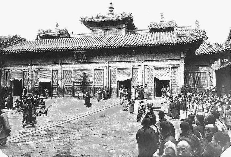 117. — Pékin. Temple des lamas. Un des principaux bâtiments du temple un jour de cérémonie.