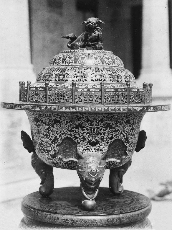 363. — Brûle-parfums en cloisonné de Pékin, mesurant plus d'un mètre de haut. Il était au palais impérial.