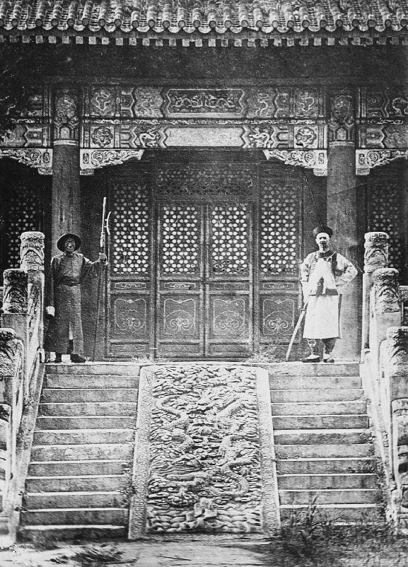 31. — Palais d'Été. Porte d'entrée du palais de l'Empereur. Gardes en armes.