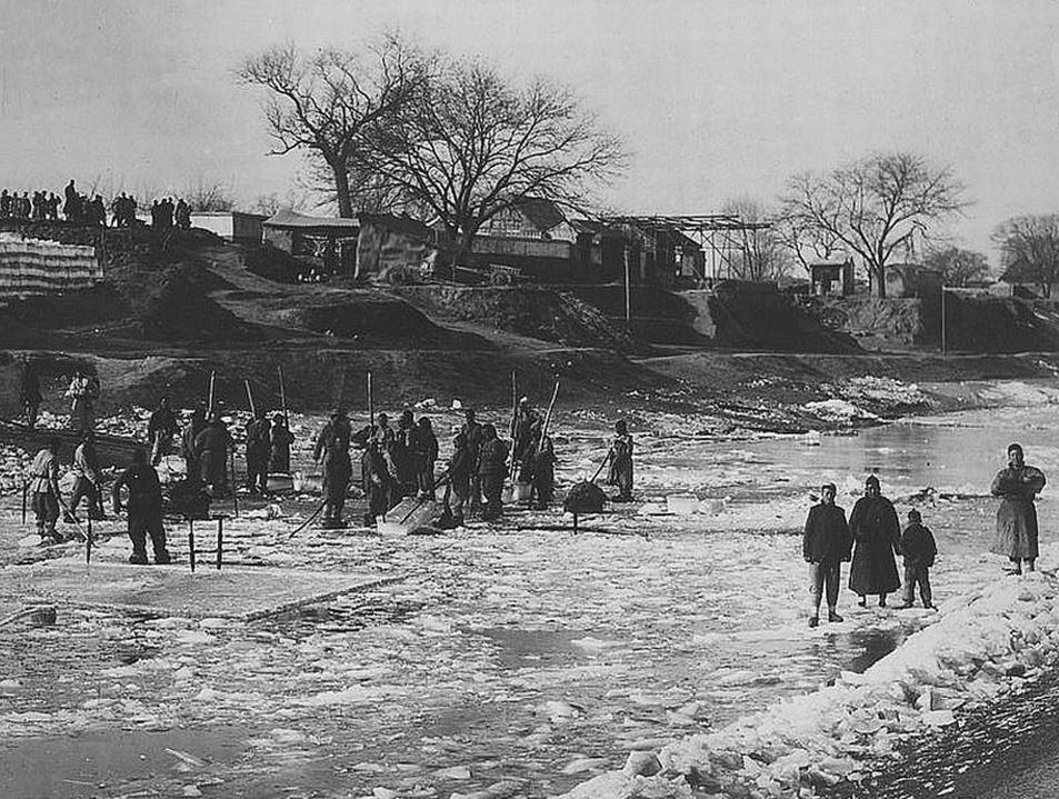 402. — Pékin. Chinois coupant la glace dans les fossés de la ville pour la transporter dans des glacières pour l'été suivant.