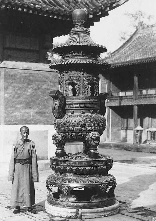 406. — Pékin. Brûle-parfums en bronze ciselé au temple des lamas.
