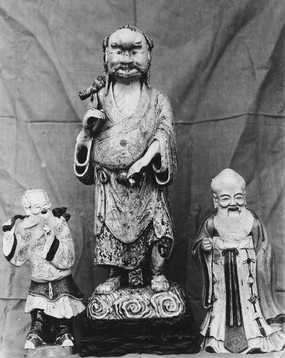 342. — Statuettes en porcelaine ancienne, époque de Young-tcheng.