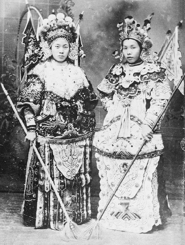 289. — Théâtre. Deux jeunes garçons destinés à remplir les rôles de femme.