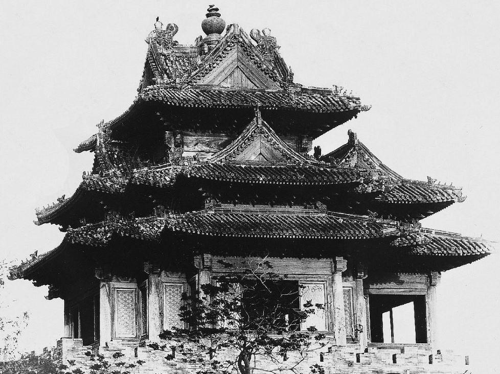 20. — Pékin. Palais impérial. Pavillon d'angle, vu de l'intérieur de la Cité interdite.