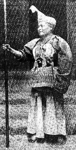 Le grand chef. — Ch. FRANÇOIS : Notes sur les Lo-Lo du Kien-Tchang Bulletins et Mémoires de la Société d'Anthropologie de Paris, tome 5, 1904, pages 637-646.