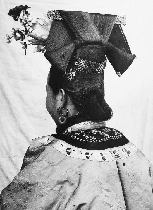 250. — Femme mandchoue, vue de dos. Détails de la coiffure.