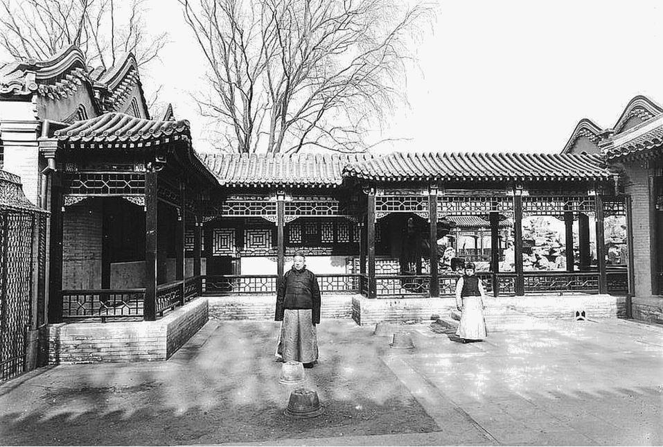 372. — Pékin. Une partie d'une belle maison chinoise. Vue prise d'une cour intérieure.