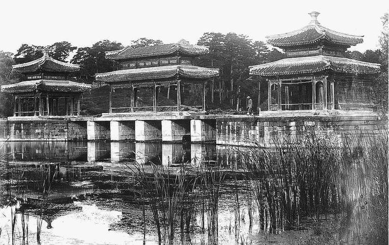 132. — Région de Mongolie. Pavillons dans le parc impérial de Jéhol, ancienne résidence d'été des empereurs de Chine.