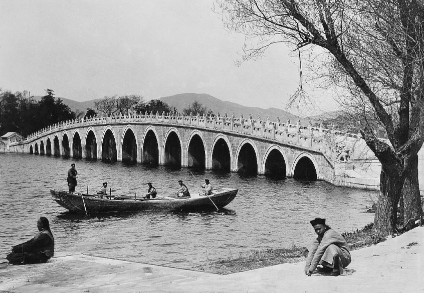 49. — Palais d'Été. Le pont de marbre de 17 arches traversant le lac K'ong-ming.