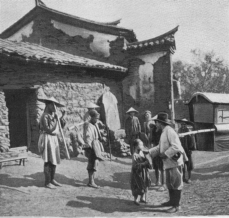 J'arrive en chaise à porteurs au hameau de Hao-Lung-Tan, entouré de bois et de verdure.