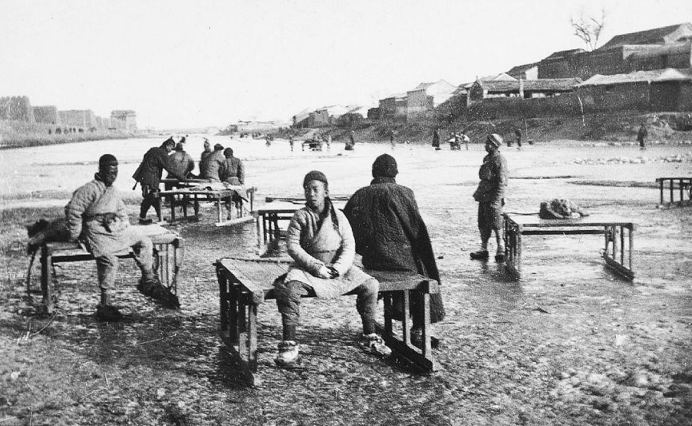 307. — Traîneaux, utilisés l'hiver à Pékin, pouvant transporter cinq à six personnes à la fois.