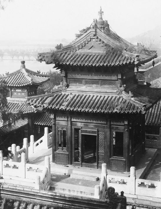 34. — Palais d'Été. La pagode de bronze où tout y est construit en bronze, y compris la toiture. Merveille de l'art chinois datant de l'empereur Kien-loung.