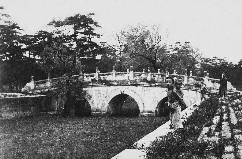 199. — Pont le long de l'avenue sacrée conduisant aux tombes impériales des Si-ling.