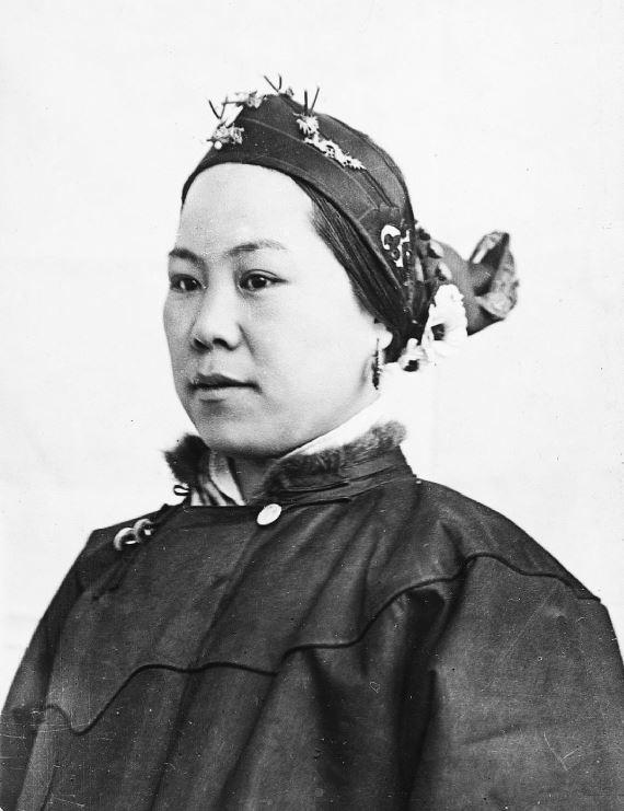 275. — Femme chinoise aux petits pieds, vêtements ordinaires d'hiver, coiffure en queue de pie.
